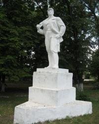 Скульптура шахтера в сквере возле шахты Петровская