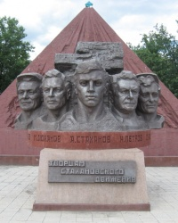 """Памятник """"Творцам стахановского движения"""" в Ирмино"""