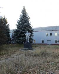 Памятник Ленину по улице Мира в Снежном