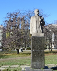 Памятник Ленину возле одноименного ДК в Красном Луче
