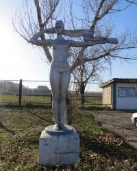 Скульптура физкультурницы в Лутугино