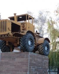 Трактор на постаменте в Луганске