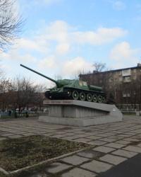 Самоходная артиллерийская установка на постаменте в Алчевске
