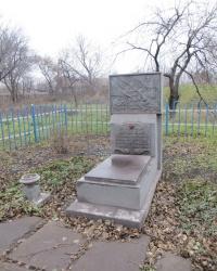 Братская могила советский воинов по ул.Кирова,4 в Алчевске