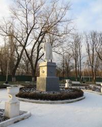 Памятник Ленину возле фенольного завода в поселке Новгородское