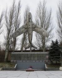 Памятник-самолет в поселке Новгородское