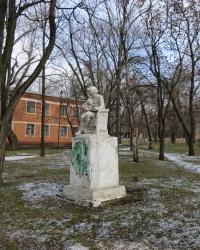 Скульптура девочки с книгой и медвежонком в поселке Новгородское