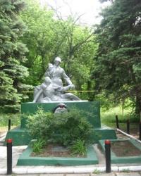 Братская могила воинов возле ДК 20-го съезда КПСС в Макеевке