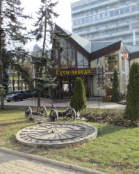 Солнечные часы у драмтеатра в Донецке