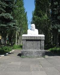 """Бюст В.И.Ленина в сквере возле ДК """"Лидиевка"""" в Донецке"""