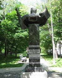"""Памятник самому известному исполнителю романса """"Я встретил Вас..."""" И.Козловскому"""