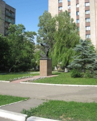 Памятник Александру Пархоменко в Луганске