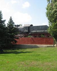 Памятник-паровоз на постаменте в Луганске