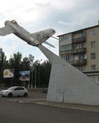 Самолет на постаменте в Новоазовске