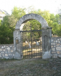 Старое православное кладбище с памятником-часовней в Бахчисарае