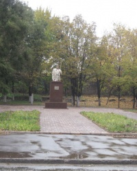 Памятник сталевару Макару Мазаю в Мариуполе