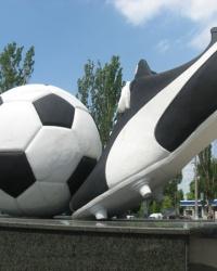 Памятник футбольной дружбе в Луганске