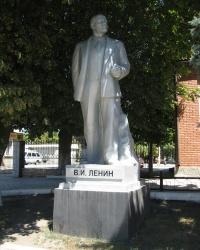 Памятник Ленину на ж/д вокзале в Харцызске