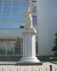 Памятник богине правосудия в Луганске