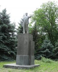 Памятник Ленину возле бывшего райкома КПСС в Старобешево
