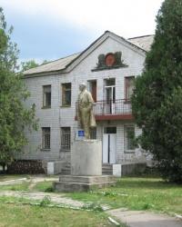 Памятник В.И.Ленину возле районной санэпидемстанции в Старобешево