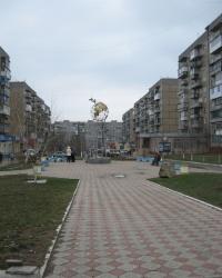 Памятный знак на бульваре космонавтов Волковых в Горловке