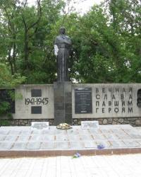 """Мемориал """"Скорбящая мать"""" и Аллея Героев в Новоазовске"""