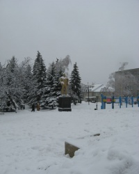 Памятник Ленину на центральной площади города Снежное
