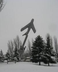 Памятник - самолет в Снежном
