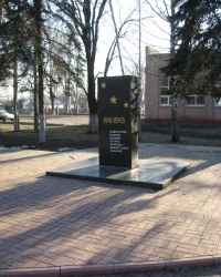 Братская могила в сквере завода резинохимических изделий в Донецке