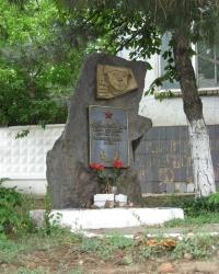 Памятник советским воинам, сожженным гитлеровцами, в Зугрэсе