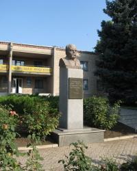 Памятник Шевченко в поселке Володарское