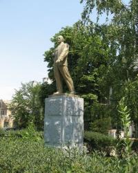 Памятник Ленину у проходной машзавода в Бердянске