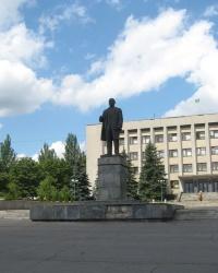 Памятник Ленину на центральной площади в Брянке