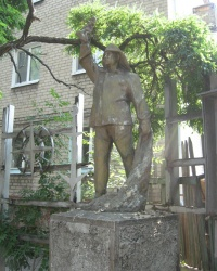 Памятник рыбаку на пересечении улиц Ульяновых и Горького в Бердянске