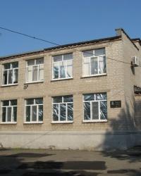 Памятная доска Якименко А.Д. на здании школы №1 в поселке Володарское