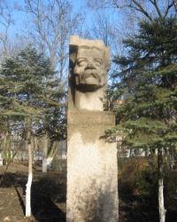 Памятники А.М.Горькому на территории Донецкого медицинского университета.