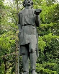 Памятник М.Горькому в парке Горького в г.Москве