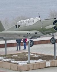 Самолет Су-2 на постаменте в г.Волгограде