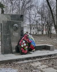 Могила О.К.Ковалёвой у проходной завода «Красный октябрь» в г.Волгограде