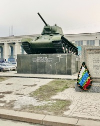 Танк Т-34 на постаменте возле ВгТЗ в г.Волгограде