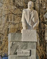 Памятник В.И.Ленину возле технологического колледжа в г.Волгограде