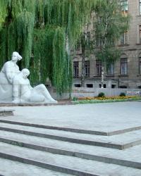 Памятник воинам-медикам, погибшим в годы ВОВ, на территории медицинской академии