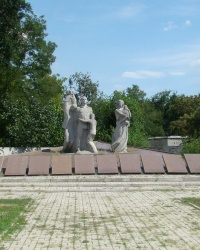 Памятник на месте массовых расстрелов у Свято-Тихвинского монастыря