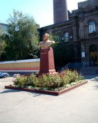 Памятник Г.И.Петровскому возле завода им.Петровского