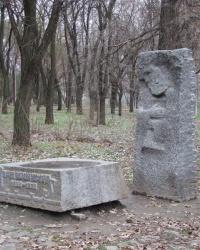 Памятник на могиле И.И.Манжуры в Севастопольском парке
