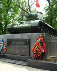 Танк ОТ-34-76 на постаменте в г.Симферополь