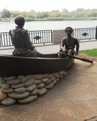 Скульптурная композиция Григорий и Аксинья в лодке»