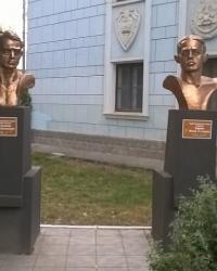 Памятники-бюсты Героям Советского Союза Ф. В. Селезнёву и В. Е. Карпову в г.Каменец-Подольский
