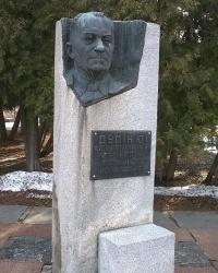 Памятник Ю. И. Дудину в г.Ромны